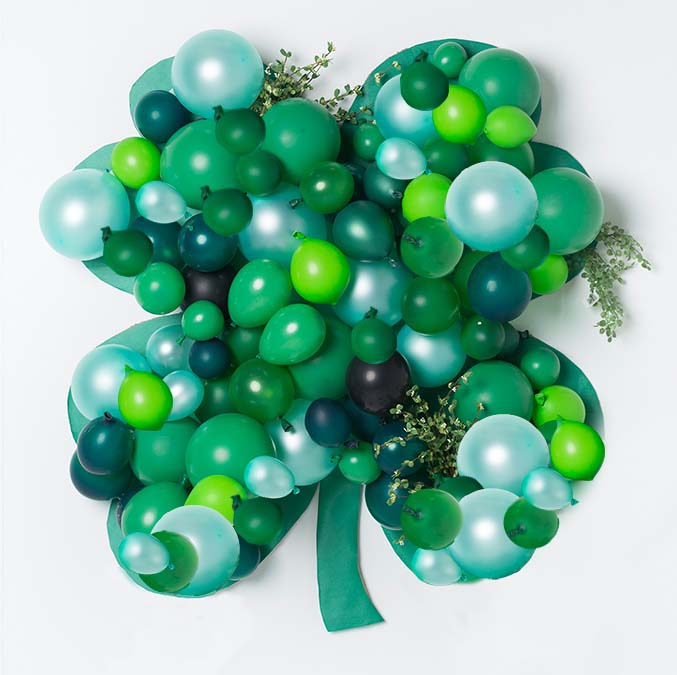 Balloon Shamrock Backdrop #stpatrick #diy #decor #decorations #decorhomeideas