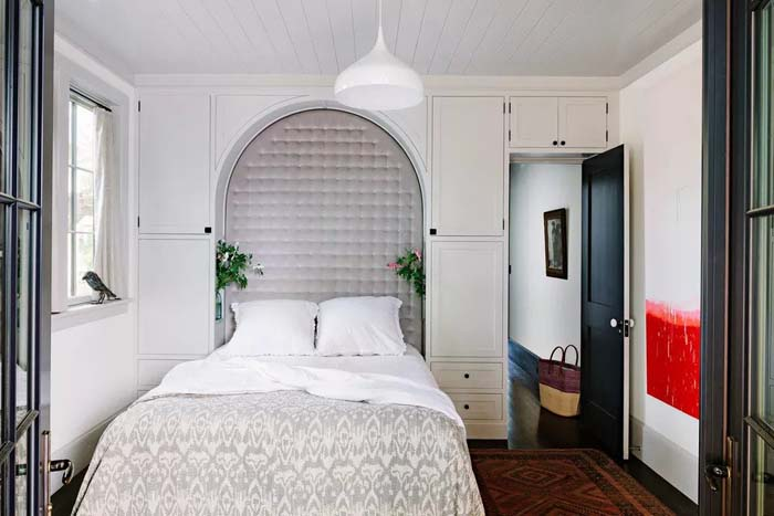 Utilize Space Of Small Bedroom With Built-In Cabinets #women #bedroom #feminine #decor #decorhomeideas