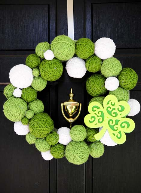 DIY Saint Patricks Day Yarn Wreath #stpatrick #diy #wreath #decorhomeideas
