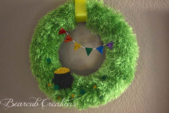 Fur Yarn St Patricks Day Wreath #stpatrick #diy #wreath #decorhomeideas