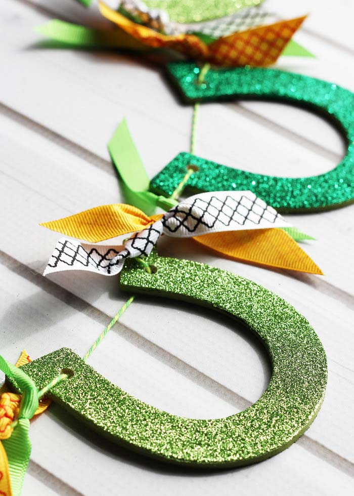 Glittered Horseshoe Garland #stpatrick #diy #decor #decorations #decorhomeideas