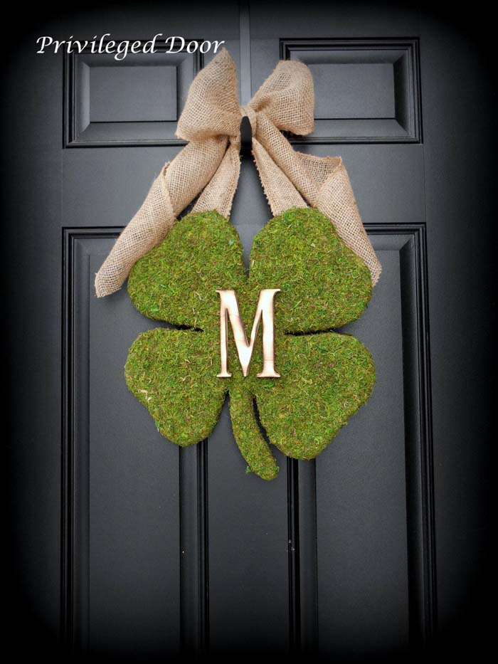 Monogramed Shamrock Moss Wreath #stpatrick #diy #decor #decorations #decorhomeideas
