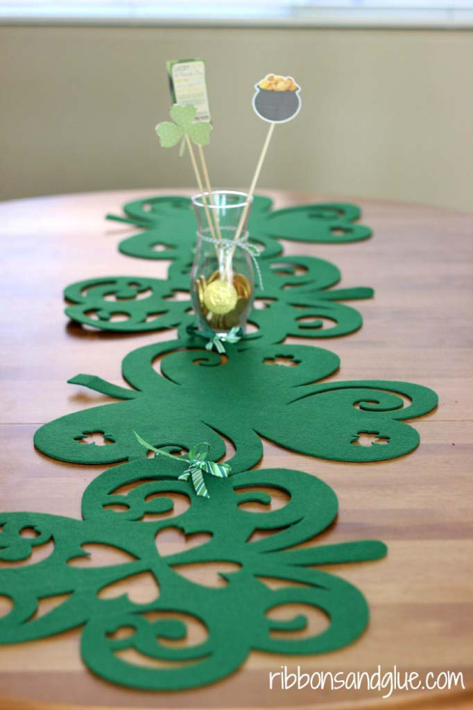 No Sew Shamrock Table Runner #stpatrick #diy #decor #decorations #decorhomeideas