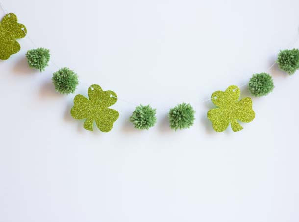 Pom Pom and Glitter Shamrocks Garland #stpatrick #diy #decor #decorations #decorhomeideas