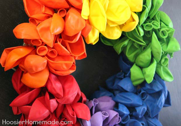 Rainbow Balloon Wreath #stpatrick #diy #wreath #decorhomeideas