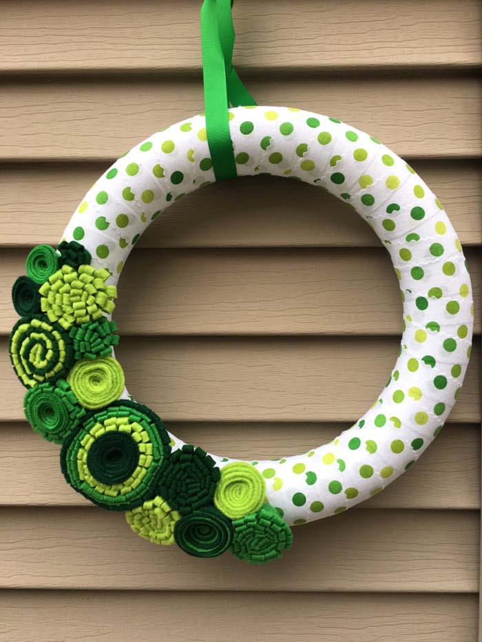 St Patricks Day Felt Flower Wreath #stpatrick #diy #wreath #decorhomeideas