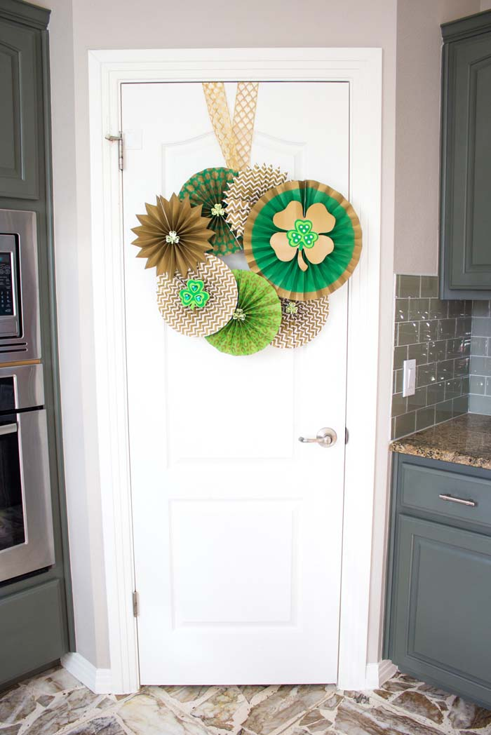 St Patricks Day Paper Fan Wreath #stpatrick #diy #wreath #decorhomeideas