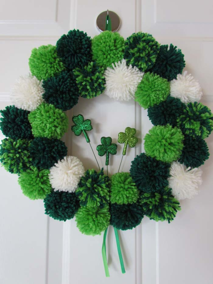 St Patricks Day Pom Pom Wreath #stpatrick #diy #wreath #decorhomeideas