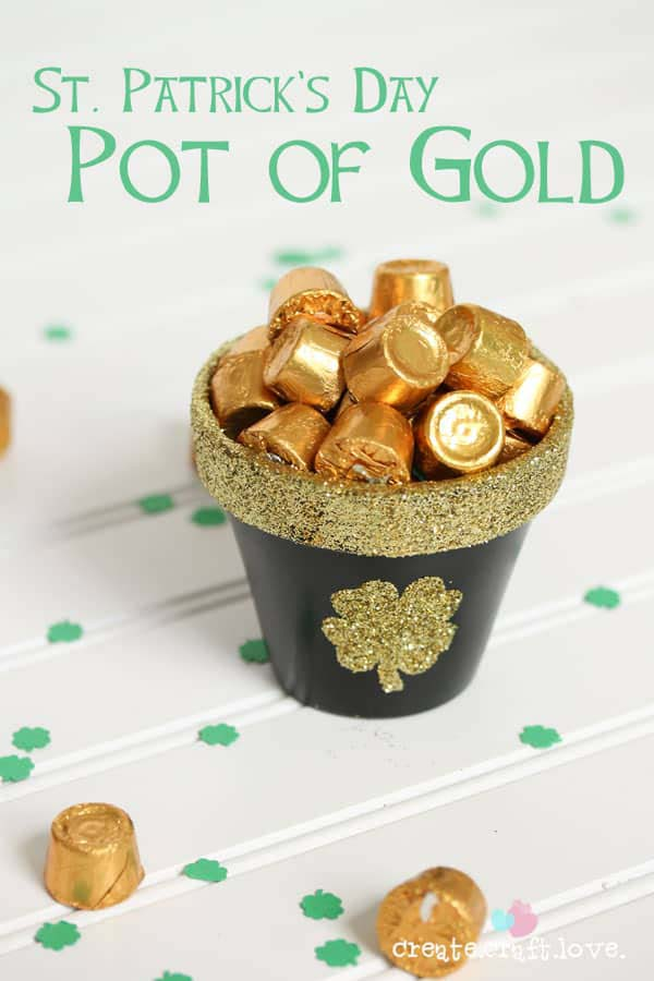 St. Patrick's Day Pot of Gold #stpatrick #diy #decor #decorations #decorhomeideas