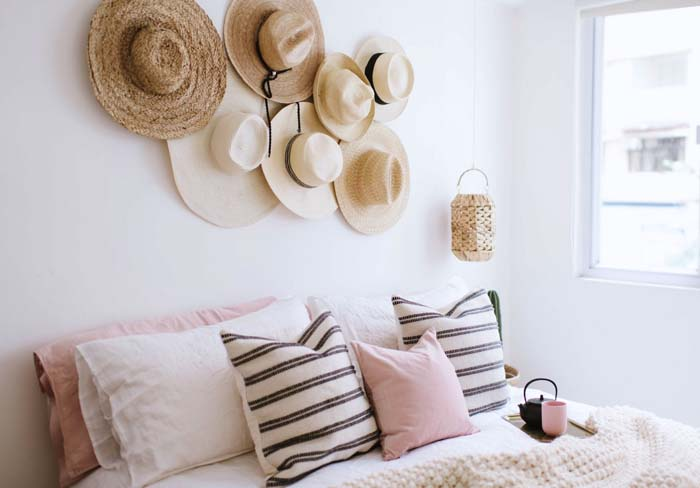 DIY Straw Hats on Hooks #hatrack #diy #organizer #decorhomeideas