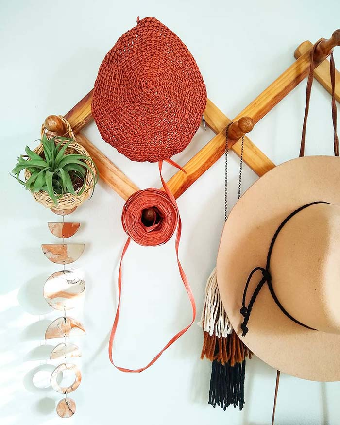 Elevated Wooden Pegs Hat Rack #hatrack #diy #organizer #decorhomeideas