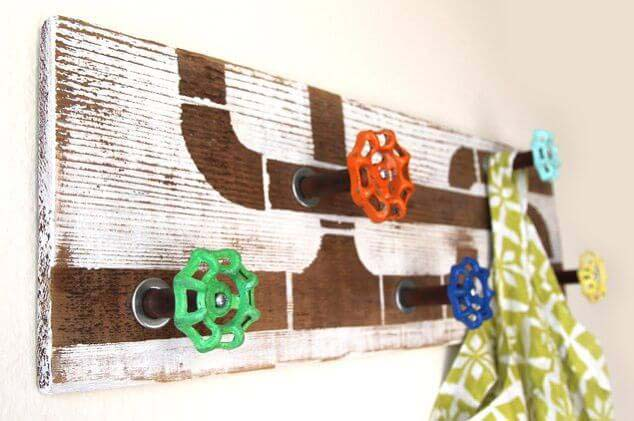 DIY Wood And Faucet Handle Coat Rack #hatrack #diy #organizer #decorhomeideas