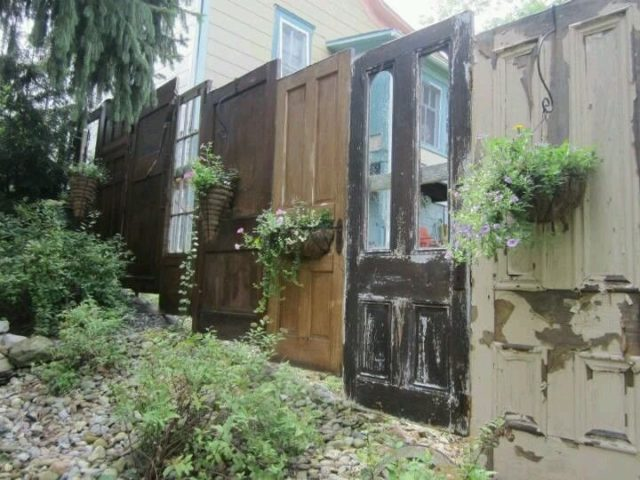 Old Doors Yard Fence #diy #repurpose #doors #old #decorhomeideas
