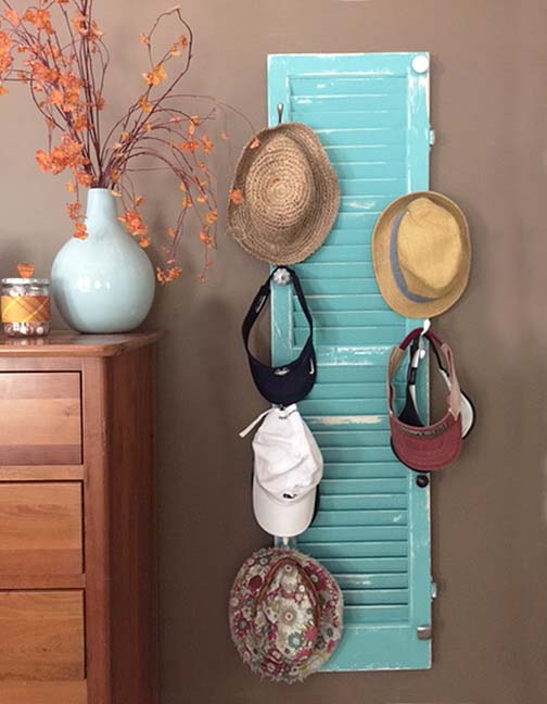 DIY hat rack from an old shutter #hatrack #diy #organizer #decorhomeideas