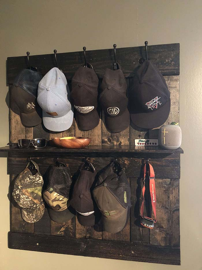 Hat Rack Made Out Of Pallet #hatrack #diy #organizer #decorhomeideas