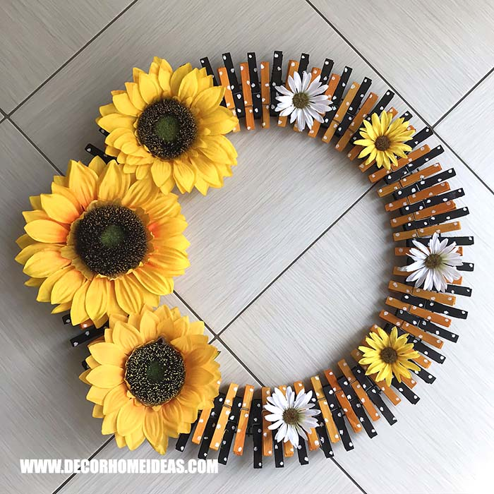 DIY Clothespin Sunflower Wreath Idea. How to make sunflower clothespin wreath, step by step tutorial with photos and instructions, needed supplies and tools. #sunflower #diy #wreath #clothespin #decorhomeideas