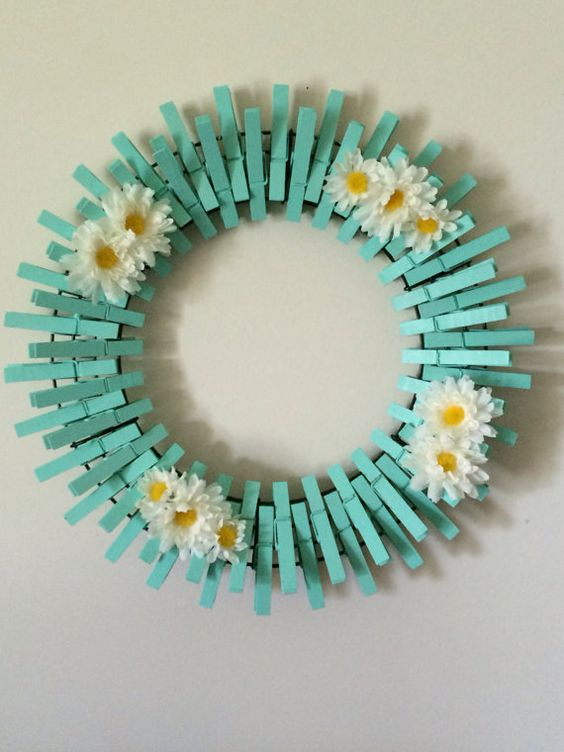 DIY Clothespin Wreath In Teal #diy #clothespin #wreath #crafts #decorhomeideas