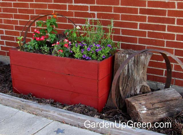 DIY Planter Box With Fence Boards #diy #planter #wood #flower #pallet #decorhomeideas