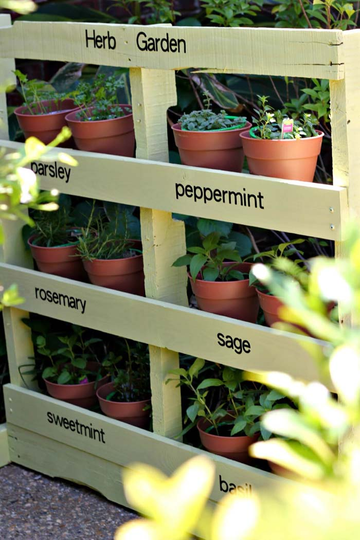 Easy DIY Pallet Herb Garden #diy #planter #wood #flower #pallet #decorhomeideas