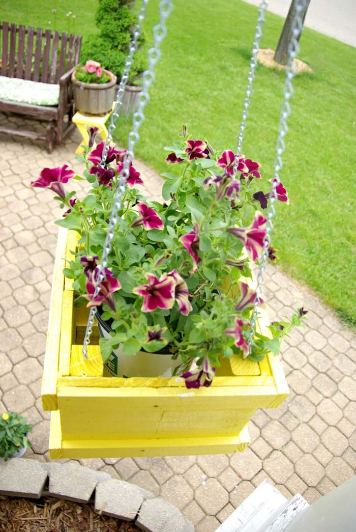 Painted Wood DIY Hanging Planter #diy #planter #wood #flower #pallet #decorhomeideas
