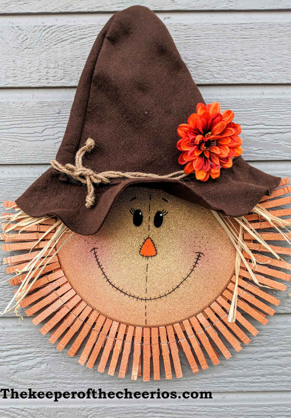 Scarecrow Pizza Pan Clothespin Wreath #diy #clothespin #wreath #crafts #decorhomeideas