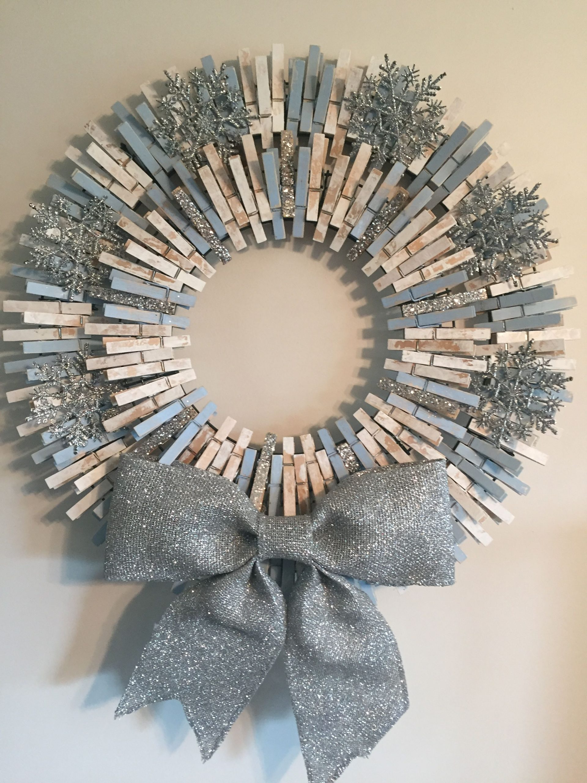 Snowflake Christmas Clothespin Wreath #diy #clothespin #wreath #crafts #decorhomeideas