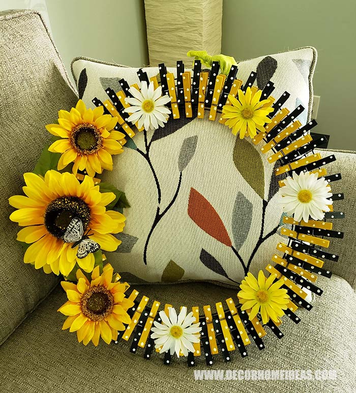 DIY Easy Clothespin Sunflower Wreath. How to make sunflower clothespin wreath, step by step tutorial with photos and instructions, needed supplies and tools. #sunflower #diy #wreath #clothespin #decorhomeideas