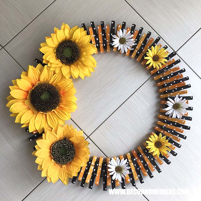 Sunflower Clothspin Wreath Tutorial #diy #clothespin #wreath #crafts #decorhomeideas