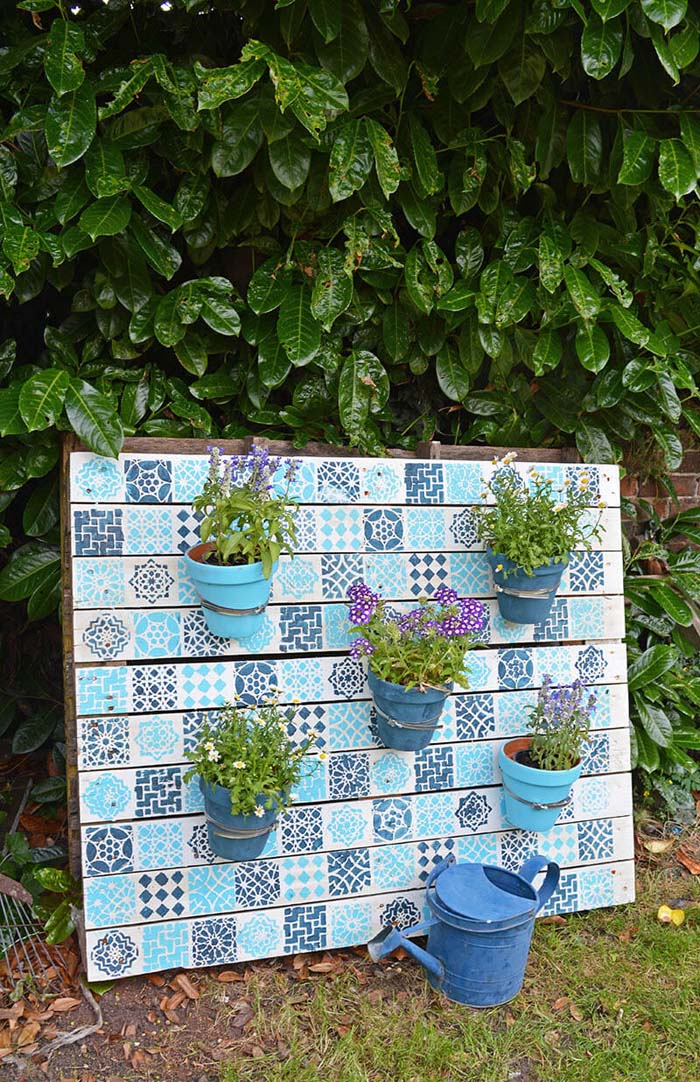 DIY Stenciled Moroccan-Style Pallet Garden #diy #rustic #summer #decorations #decorhomeideas