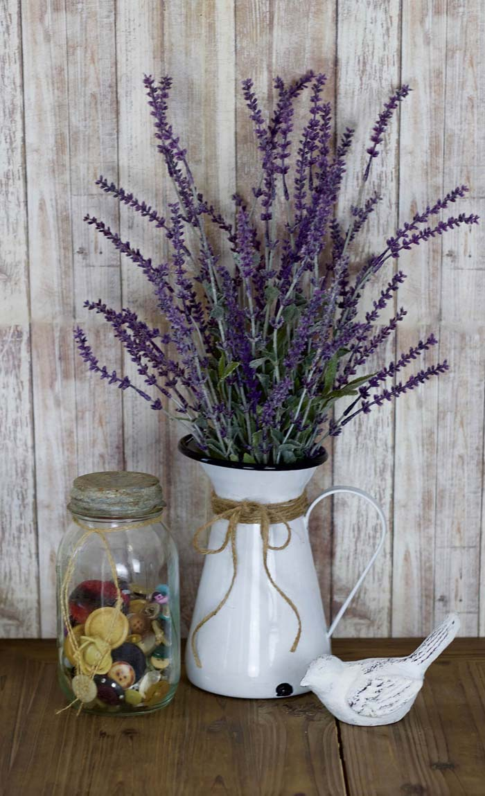 Farmhouse Style Pitcher with Lavender #diy #rustic #summer #decorations #decorhomeideas
