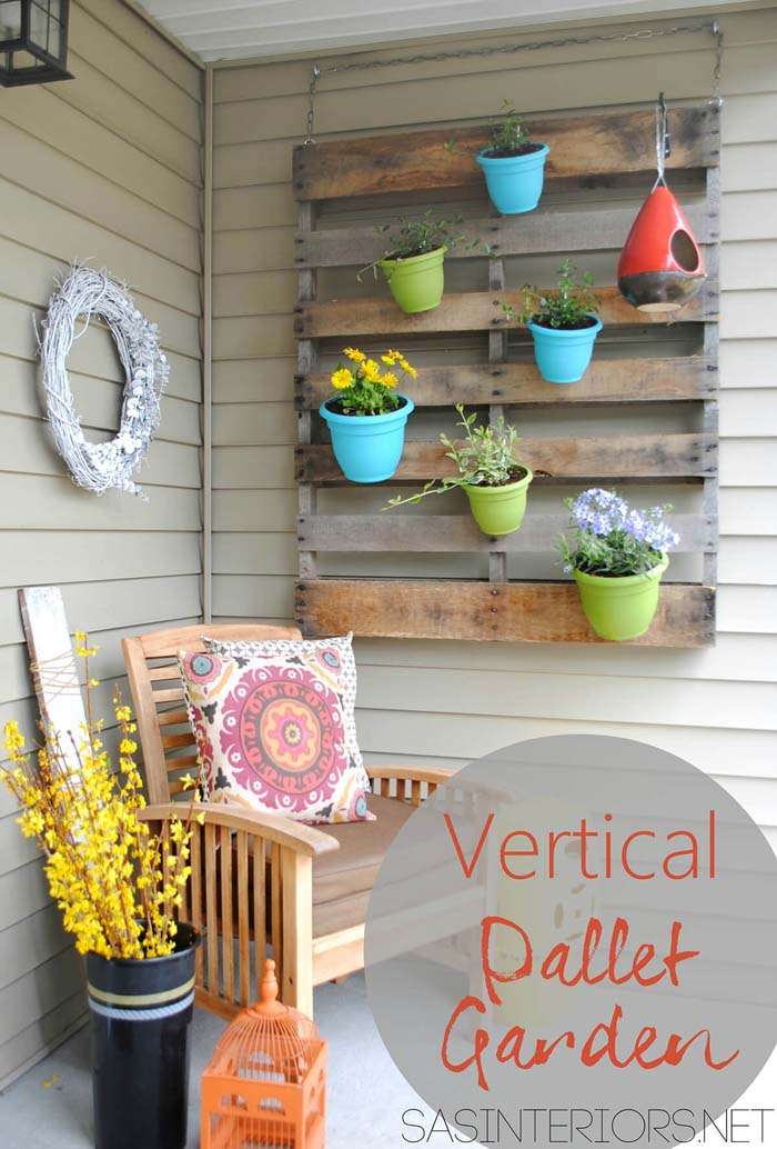 Porch Pallet and Pots Wall Art #diy #porch #patio #projects #colorful #decorhomeideas