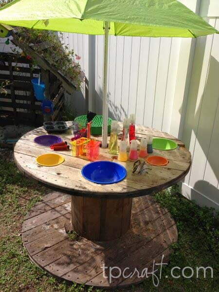 Recycled Cable Spool Umbrella Stand and Table #diy #backyard #garden #projects #decorhomeideas