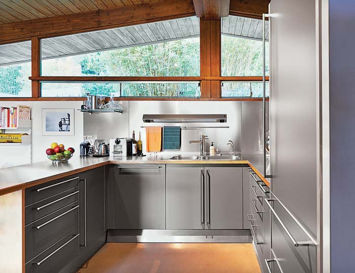 Stylish Kitchen In Stainless Steel And Grey #kitchen #cabinets #metal #steel #decorhomeideas