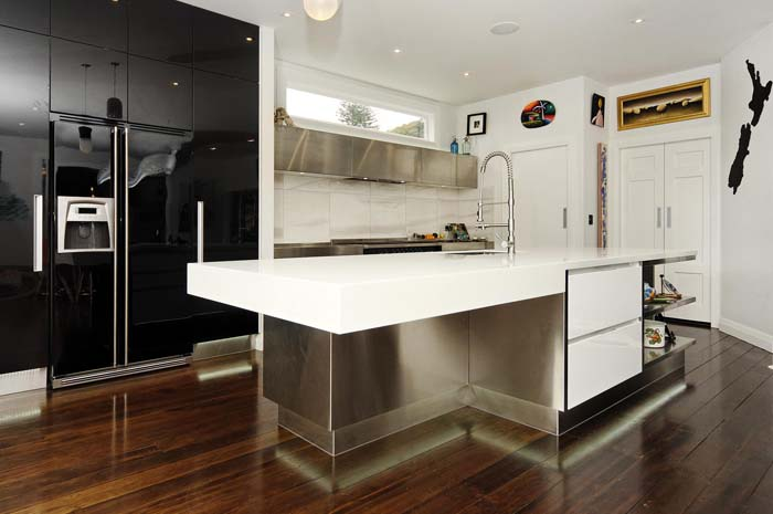Stylish Combination Between Steel And White Lack #kitchen #cabinets #metal #steel #decorhomeideas