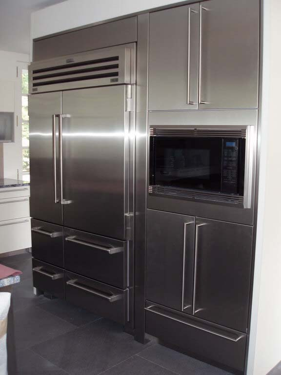 Transitional Finish Of Steel Cabinets To Match The Inox Appliancies #kitchen #cabinets #metal #steel #decorhomeideas