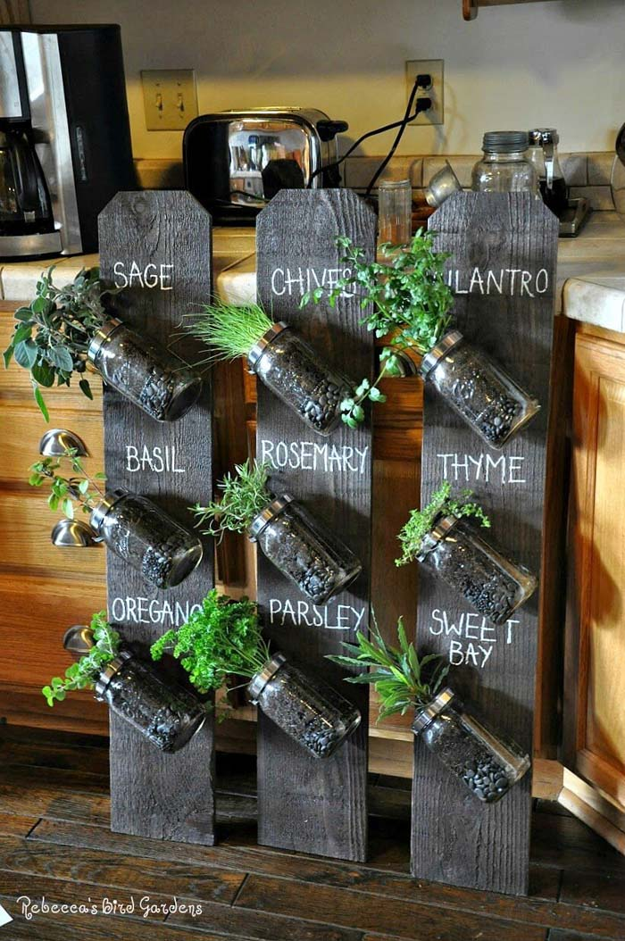 Up-cycled Fence Post Vertical Herb Garden #diy #herbgarden #herbs #garden #ideas #decorhomeideas