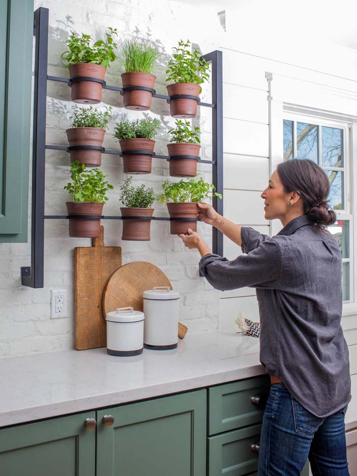 Wall Hanging Potted Herb Garden #diy #herbgarden #herbs #garden #ideas #decorhomeideas