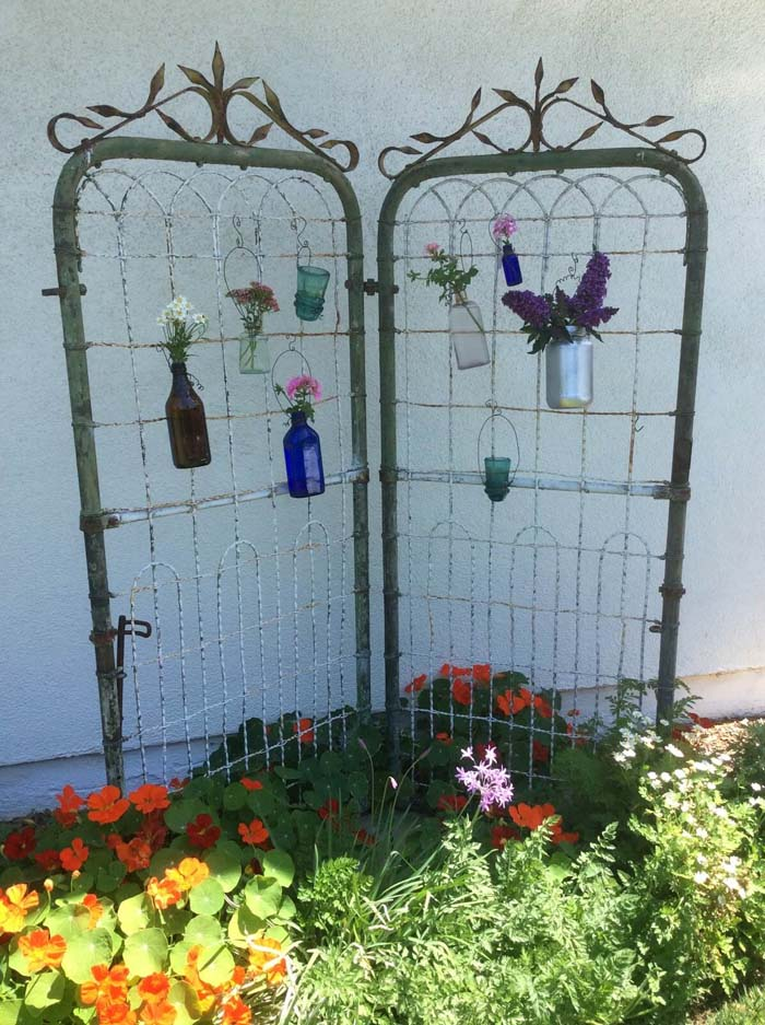 Whimsical Iron Gate with Flower Vases #diy #rustic #summer #decorations #decorhomeideas