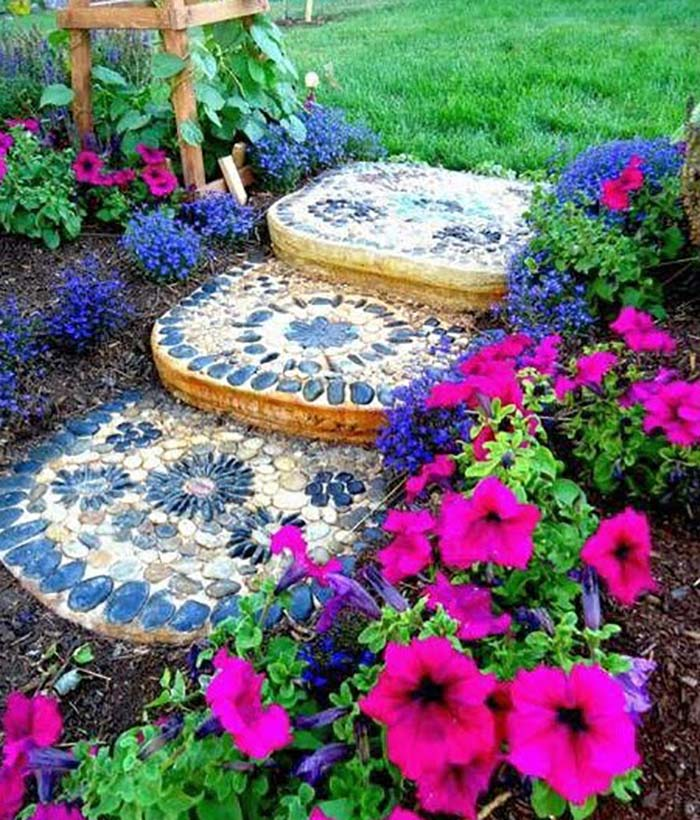 Colorful Stepping Stones for a Colorful Garden #steppingstones #garden #backyard #pathway #decorhomeideas