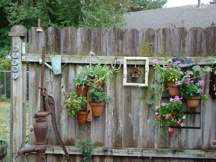Cottage Style Hanging Fence Planters #diy #planter #flower #hanging #garden #decorhomeideas