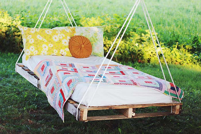 Delightful and Dreamy Swinging Pallet Bed #diy #furniture #patio #decorhomeideas