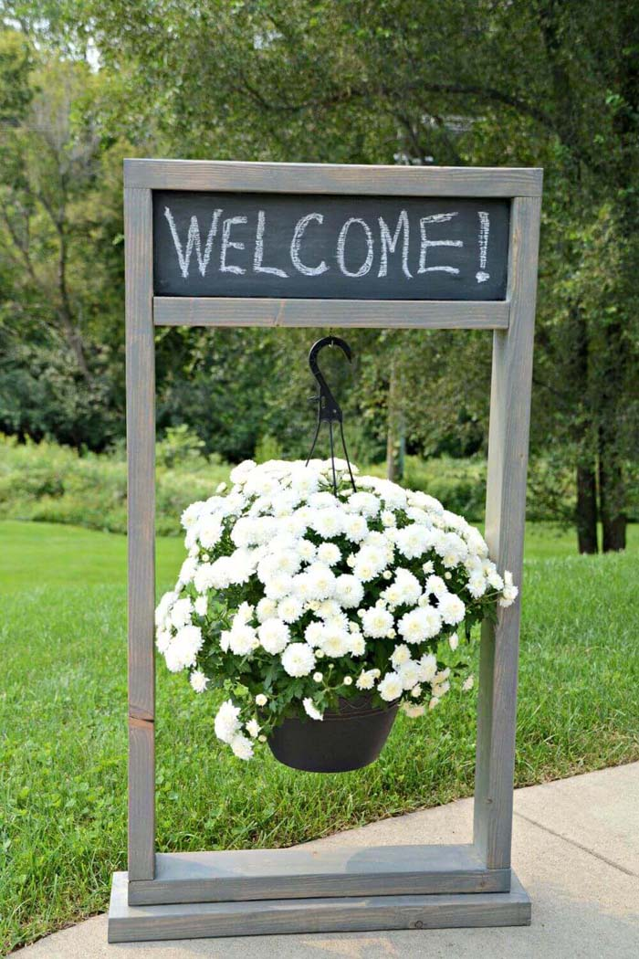 Entryway Chalkboard Sign and Hanging Planter #diy #planter #flower #hanging #garden #decorhomeideas