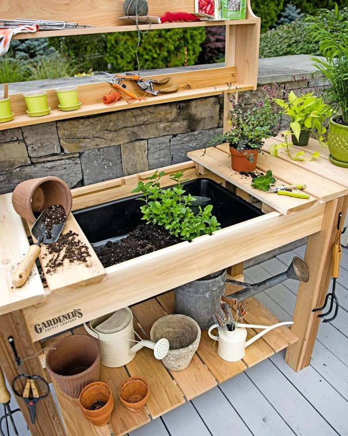 Garden Workstation with Hidden Potting Soil #diy #potting #bench #garden #decorhomeideas