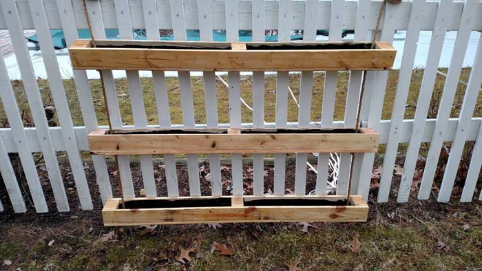 Hanging Pallet Planter Box for Privacy #diy #pallet #garden #decorhomeideas