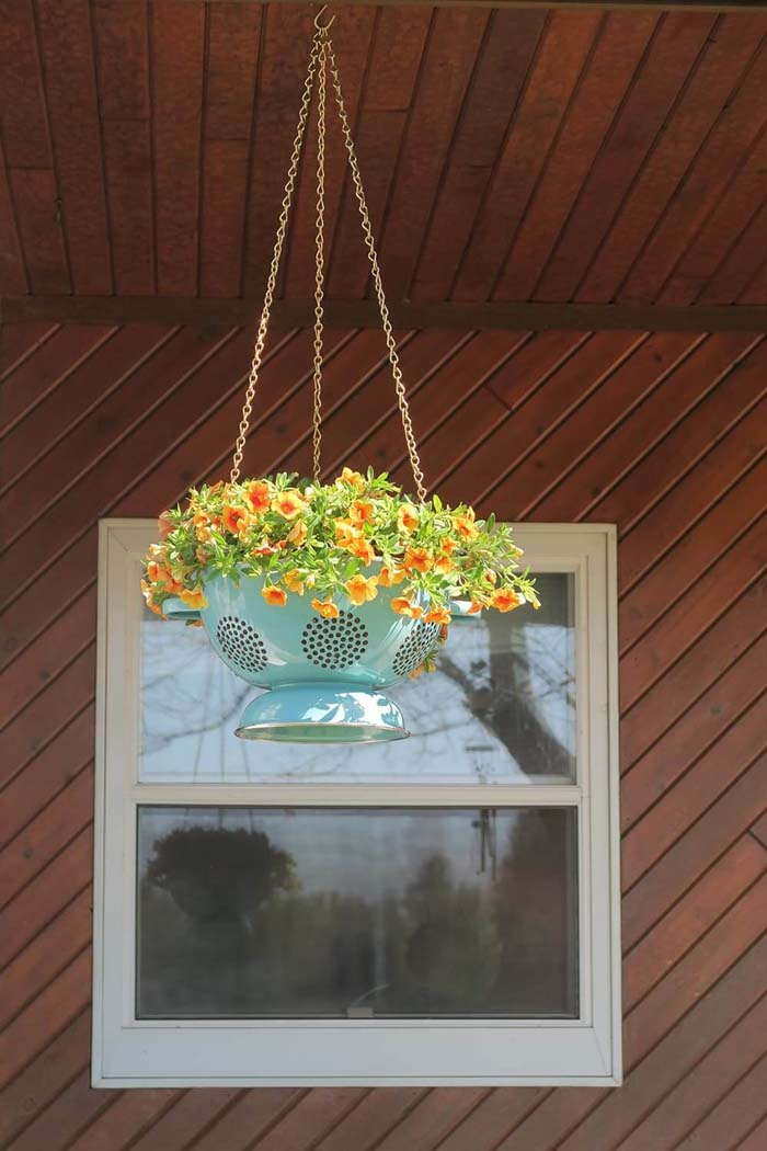 Lovely Hanging Colander Flower Pot #diy #garden #decor #countryside #decorhomeideas