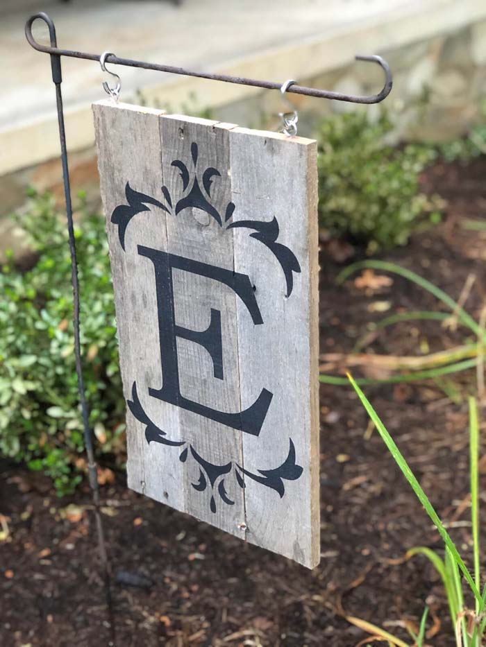 Monogrammed Garden Sign Outdoor Décor #diy #pallet #garden #decorhomeideas