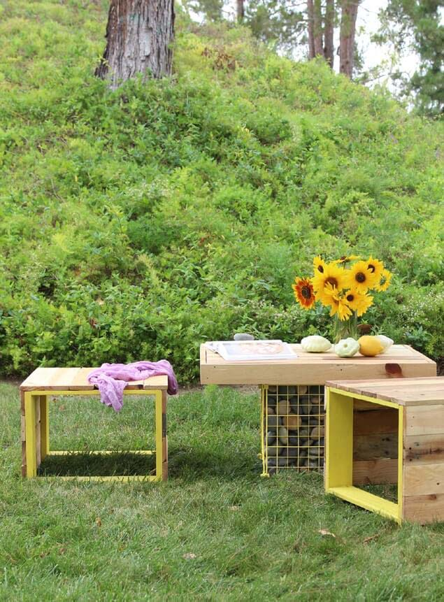 Pallet Coffee Table and Bench for the Backyard #diy #pallet #garden #decorhomeideas