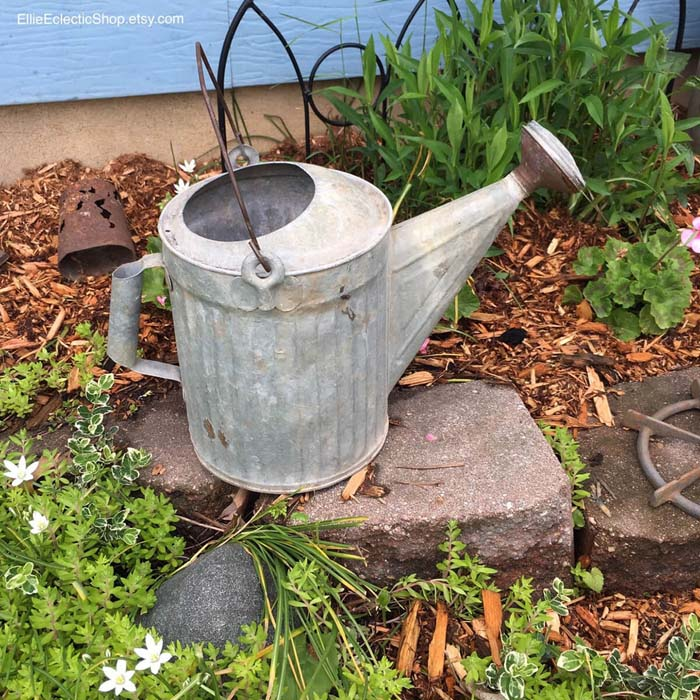 Simple and Beautiful Galvanized Watering Can #diy #garden #decor #countryside #decorhomeideas