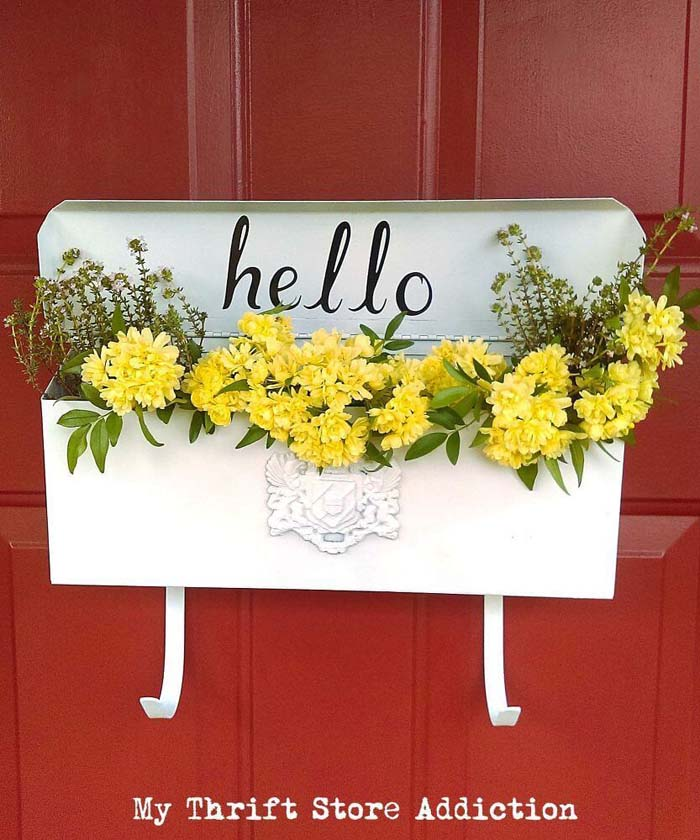 Strikingly Simple Vintage Mailbox Planter #diy #garden #decor #countryside #decorhomeideas