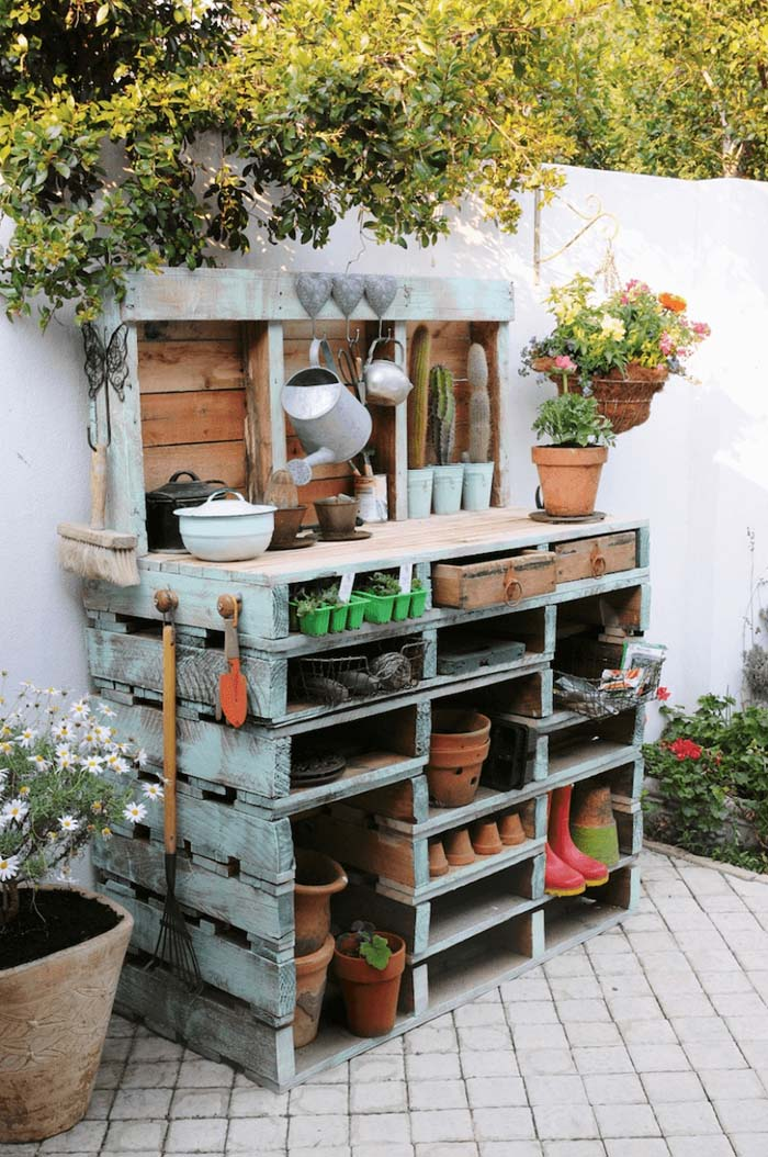 Super Functional Pallet Potting Station #diy #potting #bench #garden #decorhomeideas